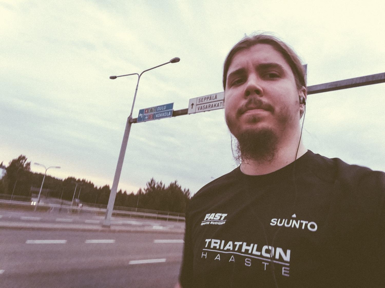 Pakollinen random huojuva pullaselfie juoksemisen aikana. Sain edellisestä työpaikasta hyvinvointisektorilla työskentelevältä asiakkaalta loistavan hengittävän Triathlon-paidan, jota on mainio käyttää juoksemisessa.