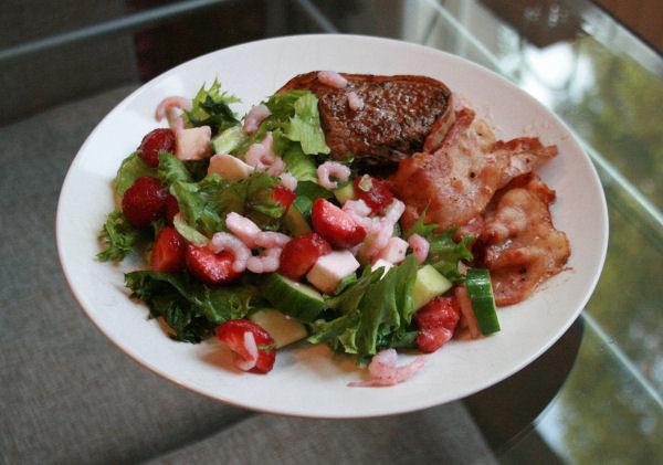 Pääruoka: Katkarapu-mozzarella-mansikkasalaattia, naudan ulkofilee ja pekonia