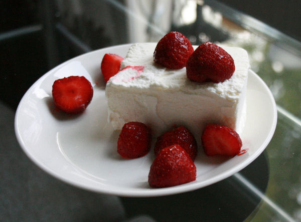 Jälkiruoka: Mansikoita ja vaniljajäätelöä