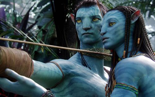 Kuva uuden Avatar -elokuvan fiktiivisistä sinisen värisistä navi-asukkaista.