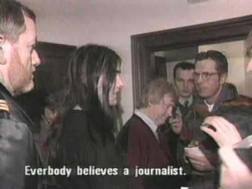 Kuva pidätetystä Varg Vikerneksestä, joka sanoo Kaikki uskovat journalistia