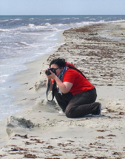 Veera kuvaamassa rannalla