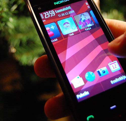 Tarkka valokuva Nokian uudesta X6 Comes With Music -multimediapuhelimesta.