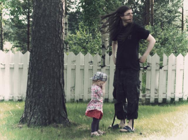 Isi ja Lotta pihalla