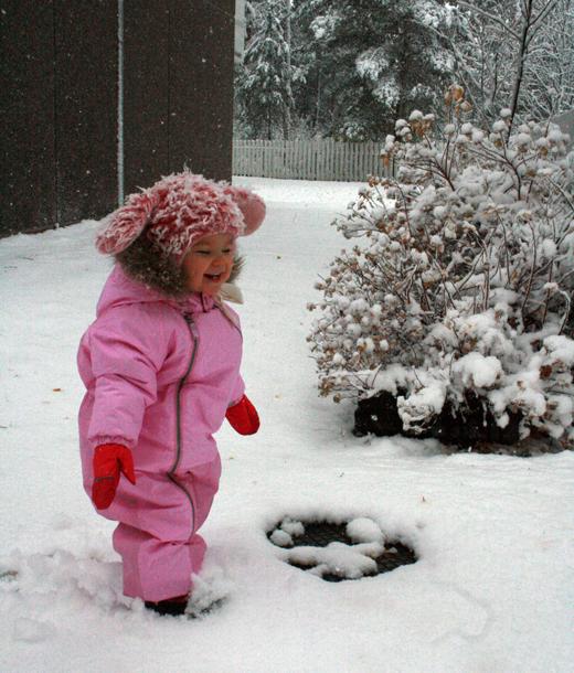 Tyttäreni Lotta iloisena lumihangessa