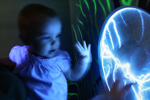 Kuva taulusta joka simuloi sähköpurkauksia kun sitä koskettaa