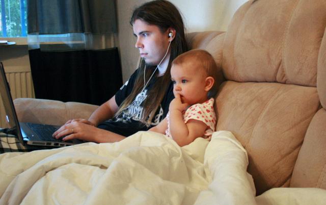 Isi ja tyttö katsoo pikkukakkosta.