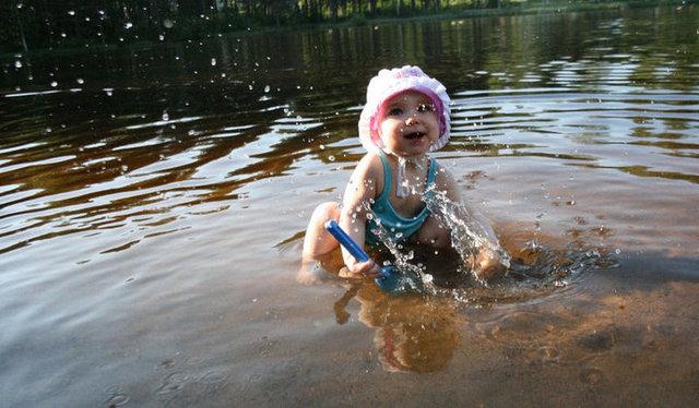 Tyttäreni Lotta innostui vesileikistä