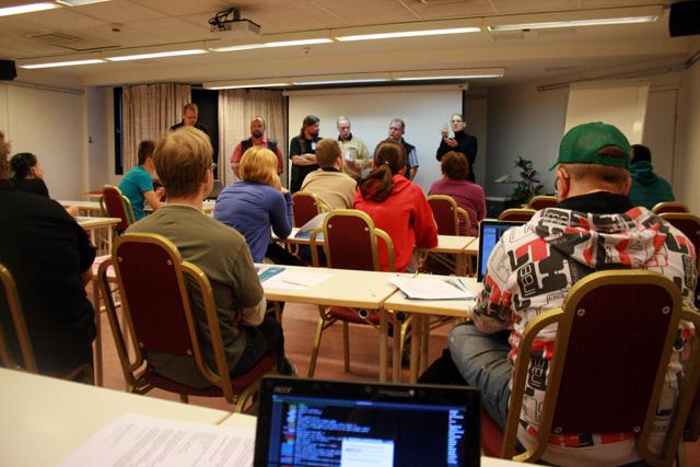 Kuva IT-kokoontumisesta Laajavuoren hotellin konferenssihuoneesta