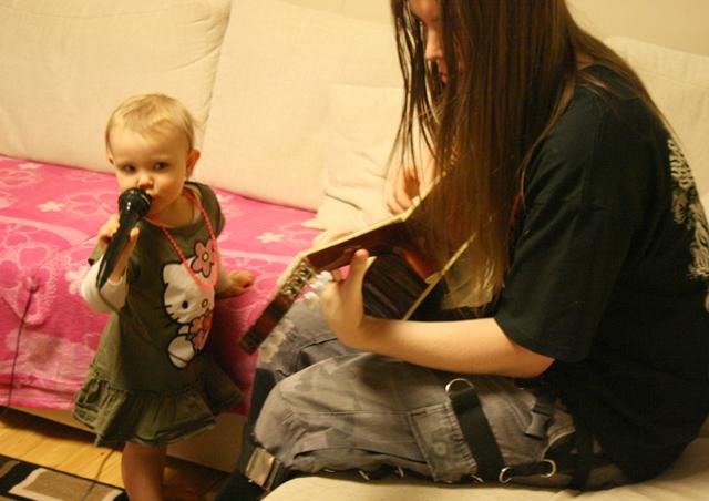 Rolle soittaa kitaraa, Lotta laulaa.
