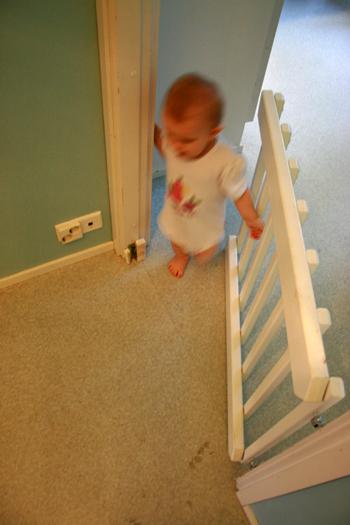 Lasten portti keittiön ja eteisen välillä