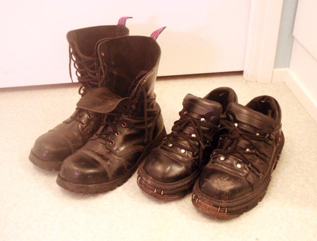 Uudet kengät vasemmalla, vanhat oikealla